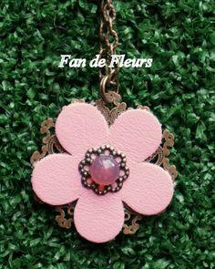Pièce unique : collier avec pendentif en bronze et fleur en cuir rose pâle - collier et pendentif - Fandefleurs - Fait Maison