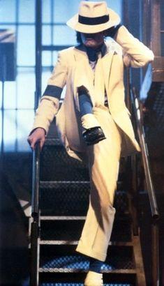 Michael Jackson in the set of Smooth Criminal Short film. (Launch for the Bad Album Michael Jackson Smooth Criminal, Michael Jackson Fotos, Michael Jackson Bad Era, Liam Neeson, Jackson Family, Janet Jackson, Paris Jackson, King Of Music, Hollywood