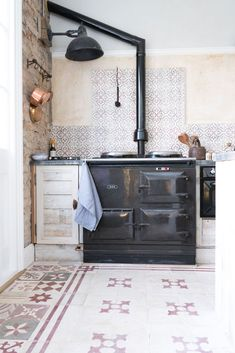 Using reclaimed or antique tiles in your home renovation project offers many benefits from practicality, durability and versatility to craftsmanship. Country Farmhouse Decor, Farmhouse Style Decorating, Modern Farmhouse, Tiles Uk, Unique Tile, Kitchen Wall Tiles, Flooring Options, Kitchen Styling, Shabby Chic Decor