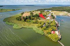 Der neue Stellplatz in der Nähe von Peenemünde bietet direkten Zugang zu einem kleinen Hafen und einen Blick auf die Peene. Der ruhige Platz für bis zu 80 Wohnmobile hat sogar einen Bootsverleih.