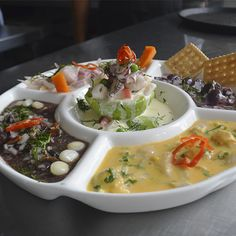 Ronda Fría: Ceviche de Pescado + Pulpo al Olivo + Tiradito + Ceviche de conchas negras, acompañado de palta rellena de mariscos. Perfecto para compartir entre amigos.