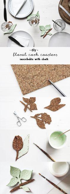 DIY florale Kork Untersetzer, die sich mit Kreide beschriften lassen - perfekt als gleichzeitige Tischkarten! | Namenskarten | Blumen Motive | Pflanzen | grün | Anleitung | inscribable floral coasters made of cork - perfect for your table setting | idea | Tutorial | kreativ | basteln | Deko | Geschenk | Geschenkideen | Tisch Deko | decoration | Crafting | Do it yourself | Handmade | sustainable | Coaster | drip mats | selbstgemacht | handmade | Hochzeit Deko | Frühling