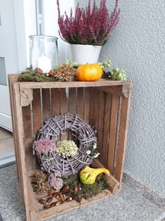 Autumn decoration on the doorstep- Herbst Deko vor der Haustür Autumn decoration on the doorstep - Modernisme, Diy Crafts To Do, Country Decor, Fall Decor, Autumn Decorations, Most Beautiful Pictures, Ladder Decor, Crates, Garden Design