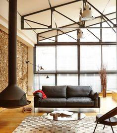 Lignes contemporaines et modernité sont les principales caractéristiques de ce confortable canapé. Conçu et pensé par le designer Pascal Daveluy dessinateur depuis de nombreuses années de canapés pour des fabricants de grande renommée.