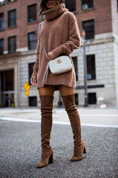 Autumn's over-the-knee boots which look extremely thin. The over-the-knee boots are the most slimming shoes, which can both keep warm and greatly show our long legs in autumn and winter. Modest Winter Outfits, Winter Boots Outfits, Winter Fashion Outfits, Fall Boots, Sweater Fashion, Trendy Fashion, Sock Boots Outfit, Brown Boots Outfit, Thigh High Socks Outfit