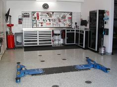 Oh My, I would be in heaven having this garage... Kids see what Dad wants for Christmas!