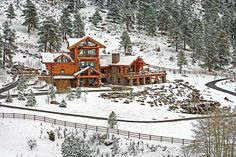 A Majestic Log Home Built With Big Logs. Big logs lend drama to their rugged Colorado setting. Log Cabin Kitchens, Log Cabin Homes, Log Cabins, Log Home Living, Cedar Log, Red Cedar, Sweet Home, Mountain Homes, Mountain Cabins