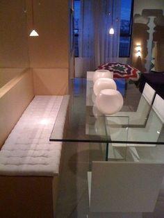 Sala de Jantar - Banco fixo / mesa vidro/ iluminação