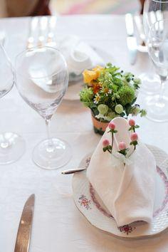 小さなオレンジのテーブル装花 ラビュットボワゼ様へ 実のナフキンフラワーで : 一会 ウエディングの花