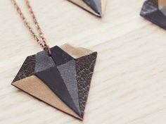 Tutoriale DIY: Cómo hacer un colgante en forma de diamante con cuero vía DaWanda.com