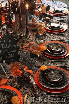 Check Out 23 Halloween Dinner Decoration Ideas. Here I had collected some of the awesome and creepy ideas for Halloween Dinner decorations. Table Halloween, Halloween Table Settings, Casa Halloween, Halloween Table Decorations, Halloween Dinner, Halloween Home Decor, Decoration Table, Holidays Halloween, Halloween Themes