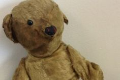 100 Yrs Old Teddy Bear Found At Airport LONDON – A badly worn teddy bear with just one eye and a damaged ear was found in a plastic bag between the lost and found objects at Bristol Airport in Bristol, UK. Old Teddy Bears, Antique Teddy Bears, My Teddy Bear, Polar Bear, Dreams And Nightmares, Charlie Bears, Paddington Bear, Bad Dreams, Lost & Found