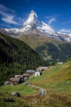 Zermatt, small houses above the main town. Matterhorn in the Distance. Zermatt, Glacier Express, Places To Travel, Places To See, Places Around The World, Beautiful Landscapes, Land Scape, Trekking, Wonders Of The World