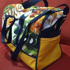 Sac weekend Boston en toile jaune et imprimé tropical cousu par Pascale - Patron Sacôtin