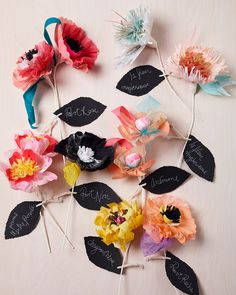 DIY Friday Inspiration :: Paper Flowers by Thuss+Farrell - Utterly Engaged Handmade Flowers, Diy Flowers, Fabric Flowers, Beautiful Flowers, Wall Flowers, Flower Wall, Diy Projects To Try, Craft Projects, Diy Fleur