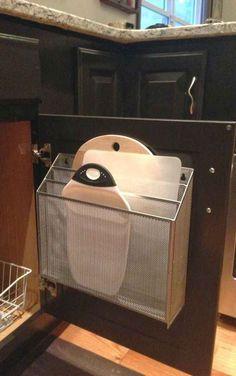 Un portapapeles de aluminio es justo lo que necesitas para guardar tablas y tapas de tuppers.
