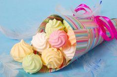 Deliciosos merengues con colores pasteles para fiestas infantiles.
