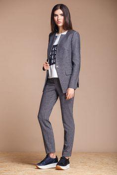 Брючный костюм в стиле Casual. Отлично смотрится с классическими лодочками или ботинками на плоской подошве. В комплекте идёт : брюки, пиджак, футболка.
