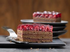 So delicious, fruity and chocolaty. Chocolate raspberry slices – with raspberries – smarter – calories: 335 Kcal – time: 30 min. Chocolate Slice, Chocolate Recipes, Baking Recipes, Cake Recipes, German Baking, Raspberry Cake, Sweet Bakery, Dessert Drinks, Food Cakes