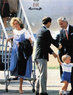 Isn't it touching how Charles is always right there to give Diana a helping hand???? Diana Expecting Their 2nd Child