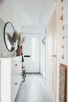 Tranquil Dawn: Past de Flexa kleur van het jaar 2020 in mijn interieur? Flur Design, Hallway Colours, Happy New Home, Scandi Home, Apartment Entryway, Hallway Designs, Modern Hallway, Small Hallways, Stair Decor