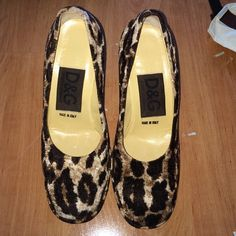 D&G heels D&G platform heels. Velvet. As show in photo 1 heel is briken and 1 is off BUT there is 2 new ones in the bag in photo!! Easy to change! Worn a few times in excellent condition 10/10 D&G Shoes Platforms