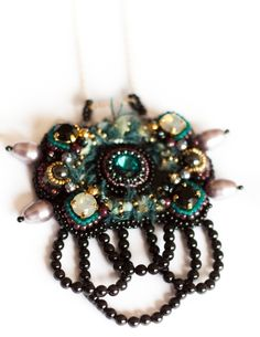 Entièrement brodé à l'aiguille, ce sautoir monté sur sa chaine plaquée Or 14carats (50cm) à la fois doux et atypique saura trouver une place de choix parmi vos accessoires . Aussi délicat que facile à assortir, ce bijou unique dénote par sa brillance et ses multiples détails. Matériaux : Cristal Swarovski, paillettes (qualité française), perles japonaises, perles nacrées Swarovski Elements, perles plaquées or 14carats, fibres textiles travaillées en amont puis br...