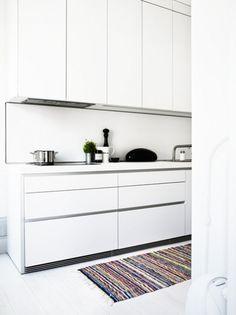Adventurous Design Quest: Apartment in Stockholm by Lotta Agaton Big Kitchen, Kitchen Dining, Kitchen Cabinets, Dining Rooms, Minimal Decor, Kitchen Handles, Minimalist Interior, Interior Inspiration, Kitchen Inspiration