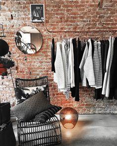 Incrívrel esse ambiente industrial. Com uma arara de cobre pra pendurar as roupas e uma linda parede com tijolinhos aparentes. Fonte: @ thelifestylefilesblog #industrial #industrialdesign #industrialstyle