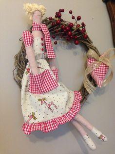 Linda guirlanda para decorar sua porta, sua parede, sua casa no campo ou na cidade. Guirlanda com a boneca Tilda, dando as boas vindas com alegria e muito charme.