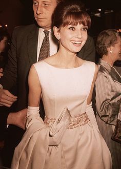 Audrey Hepburn Style: 20 Rare Pictures You've Never Seen - Audrey Hepburn wearing a white satin evening gown and long gloves. Audrey Hepburn Outfit, Audrey Hepburn Mode, Audrey Hepburn Wedding Dress, Divas, Givenchy, Look Formal, My Fair Lady, British Actresses, Dita Von Teese