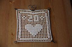 Filetový obrázok v drôtenom rámiku. / Filet crochet on a wire frame.