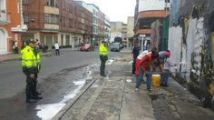 22-03-14 Intervención de limpieza en la calle 18 desde la cra. 3 hasta la 8. Alcaldía Local, Policía Nacional, Comerciantes del sector, Aguas de Bogotá.