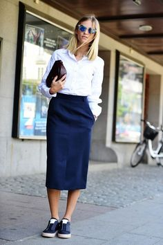 Can you ever get away with wearing sneakers to work? Savoir Flair says yes. Here, we share easy tips and fail-safe outfit ideas to nail the look with the help of the perfect wardrobe essentials. Casual Work Outfits, Office Outfits, Mode Outfits, Work Casual, Casual Chic, Easy Outfits, Tomboy Chic, Casual Office, Office Attire