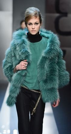 38 Sexy Fashion Trends You Will Definitely Want To Save - Luxe Fashion New Trends - Fashion Ideas Fox Fur Coat, Faux Fur Jacket, Turquoise Clothes, Turquoise Outfits, Fur Casual, Fabulous Furs, Fashion Outfits, Womens Fashion, Sporty Fashion