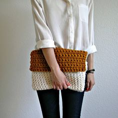 The Colmar Clutch Fisherman knit by deroucheau. Bossa de ganxet. It would be sooo cool to find a pattern for this clutch and remake it. <3
