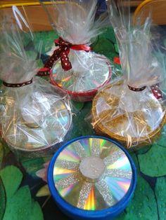 auteur: Clémence bougeoirs Réalisés tout simplement avec des boîtes de coulommiers et de vieux CD + colle, peinture et paillettes! bougeoirs de Noël chez Clémence
