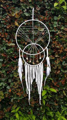 Master Bedroom Decorating Concepts - DIY Crown Molding Set Up Standard Dream Catcher In Upper Crescent Shape, Pyramid In Center Eye As Above, Crystals In Small Crescent As Above. Quills Hang From Beneath. Dream Catcher White, Dream Catcher Craft, Dream Catchers, Dream Catcher Mobile, Los Dreamcatchers, Mundo Hippie, Craft Projects, Projects To Try, Diy And Crafts