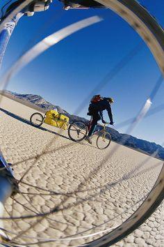 ✮ Cycling across the arid, desert landscape