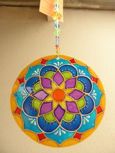 Mandala feita em vidro, com técnica de pintura vitral;  Com 12 cm de diâmetro  Para pendurar em qualquer ambiente  fio com contas de acrílico. R$ 35,00
