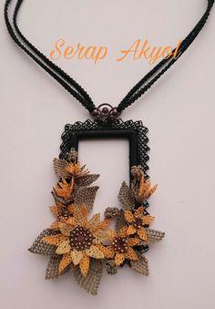 #kolyemodelleri#elişikolye#iğneoyası#handmadeneclace#hediye#takı#turkishneedlelace#tasarımtakı#iğneoyasımodelleri#çiçek#İğneoyasıçiçek Jewelry Art, Beaded Jewelry, Handmade Jewelry, Decorative Knots, Bold Necklace, 3d Quilts, Body Adornment, Wire Crafts, Nail Tutorials