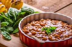 The subtly sweet and tart flavors of this vegan baked bean dish make it homey and comforting. This is delicious served with fresh cornbread or fresh rye bread. Bean Recipes, Vegetarian Recipes, Healthy Recipes, Bean Casserole, Casserole Dishes, Winter Savory, Boiled Ham, Bud Spencer, Cowboy Beans