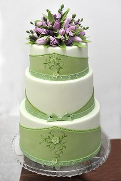 I love these colors together for a wedding cake, lilac and mint or soft green, great combo! / ...    http://bubolinkata.blogspot.com/2012/07/blog-post_27.html