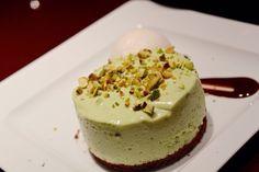 Bolo de pistache servido com sorvete de chá verde