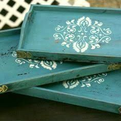 Hang tea trays on the wall for normal storage. Serving Tray Wood, Wood Tray, Stencil Painting, Painting On Wood, Stenciling, Small Canvas Paintings, Chalk Paint Projects, Painted Trays, Tea Tray