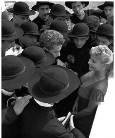 L'attrice Marisa Allasio con un gruppo di seminaristi (1955)