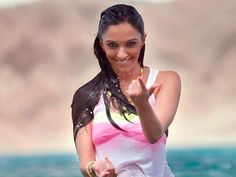 Summon your courage as Kiara Advani does in this hand sign. Image credit: pages.rediff.com