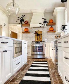 Halloween Bathroom Decorations, Living Room Halloween Decor, Halloween Kitchen Decor, Halloween Bedroom, Decor Home Living Room, Fall Home Decor, Halloween Fireplace, H & M Home, Halloween Inspo