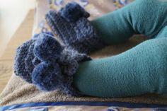 Warme voetjes in de blauwe, gehaakte babyslofjes! Aankleedkussen hoes van Glorious Lou - alles te koop op  www.gloriousliving.be