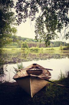 Saaressa näkyvät puikulat ovat maahan upotettua veneitä. Niissä istuessa voi kuvitella soutavansa pitkin hiljaa virtaavaa Jaaninojaa.   Leikkipaikalle korttelipihan ja saaren välille sijoitetaan veneen muotoon rakennettu matontuuletusteline. Tanko nousee tyylitellyn veneen keulasta ja päättyy perään. Veneen istuimien paikalle laitetut ritilät toimivat matonlaskutasoina. Mattojen tuulettuessa tangon päällä, näkevät lapset purjeilla varustetun laivan!